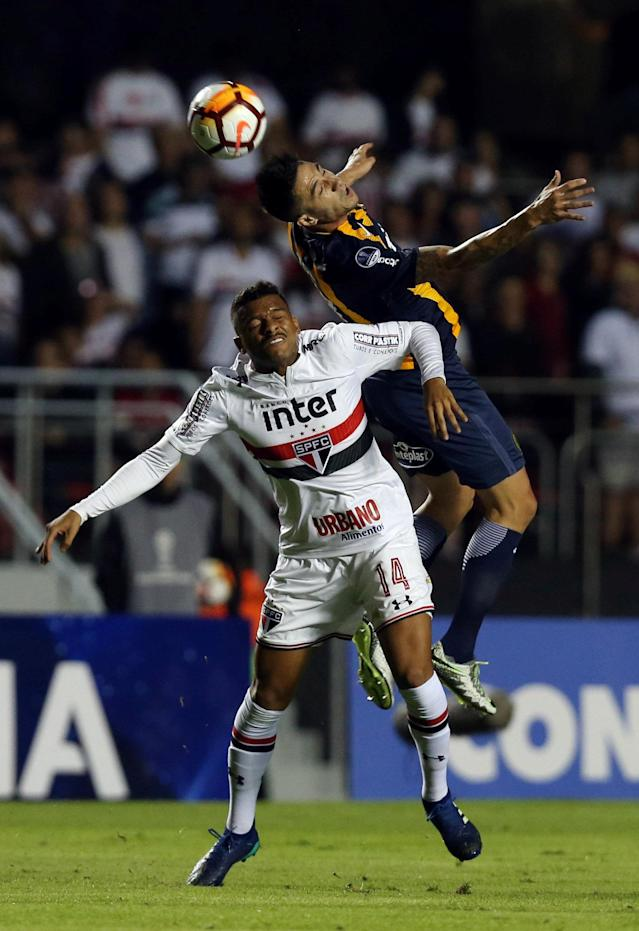 Soccer Football - Copa Sudamericana - Brazil's Sao Paulo v Argentina's Rosario Central - Morumbi stadium, Sao Paulo, Brazil - May 9, 2018 - Reinaldo (L) of Sao Paulo and Herman Da campo of Rosario Central in action. REUTERS/Paulo Whitaker