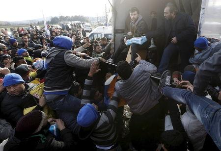 Stranded migrants fight over goods given away by locals at the Greek-Macedonian borders near the village of Idomeni, Greece, November 28, 2015. Picture taken from the Greek side of the border. REUTERS/Yannis Behrakis