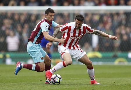 Britain Football Soccer - Stoke City v West Ham United - Premier League - bet365 Stadium - 29/4/17 Stoke City's Geoff Cameron in action with West Ham United's Jonathan Calleri Action Images via Reuters / Carl Recine Livepic