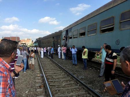 Egyptians look at the crash of two trains that collided near the Khorshid station in Egypt's coastal city of Alexandria, Egypt August 11, 2017. REUTERS/Osama Nageb