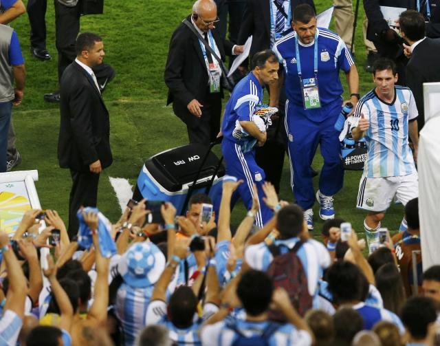 Argentina's Lionel Messi (R) shows a thumbs-up sign to fans as he leaves after defeating Bosnia in their 2014 World Cup Group F soccer match at the Maracana stadium in Rio de Janeiro June 15, 2014. REUTERS/Ricardo Moraes (BRAZIL - Tags: SOCCER SPORT TPX IMAGES OF THE DAY WORLD CUP)