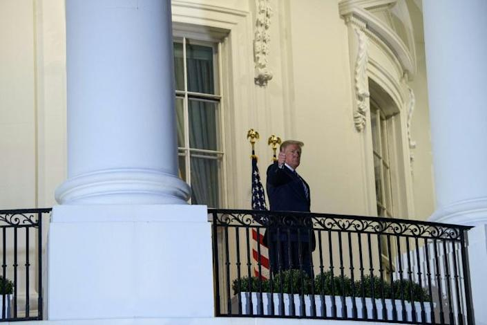 Trump gives a thumbs up upon his return to the White House from Walter Reed Medical Center on October 5, 2020