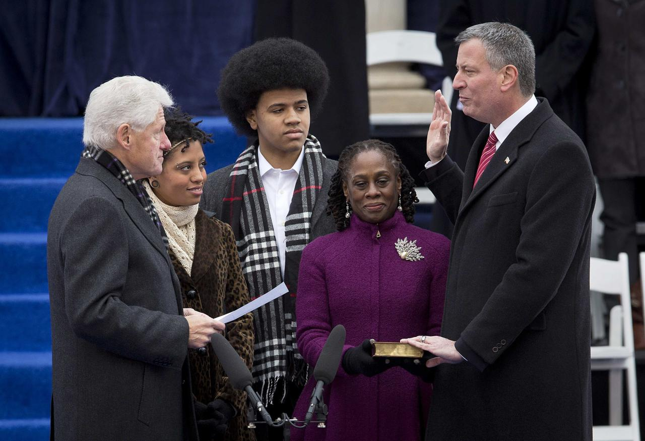 Newly elected Mayor of New York Bill de Blasio (R) is sworn in by former President Bill Clinton at City Hall in New York, January 1, 2014. REUTERS/Carlo Allegri (UNITED STATES - Tags: POLITICS SOCIETY TPX IMAGES OF THE DAY)