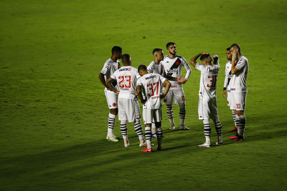 RIO DE JANEIRO, BRAZIL - FEBRUARY 25:  Players of Vasco da Gama talk in the pitch during the match between Vasco da Gama and Goias as part of Brasileirao Series A 2020 at Sao Januario Stadium on February 25, 2021 in Rio de Janeiro, Brazil. (Photo by Bruna Prado/Getty Images)