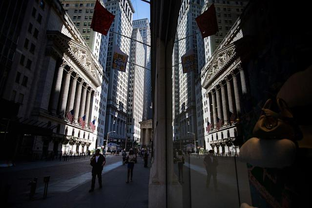 Pedestrians walk past the New York Stock Exchange (NYSE) in New York, U.S. Photographer: Michael Nagle/Bloomberg
