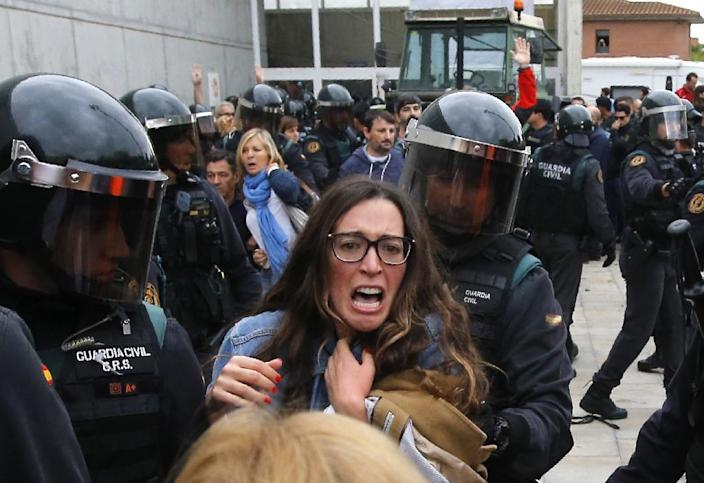Spanish riot police cracked down violently on Sunday's independence referendum in Catalonia (AFP Photo/Raymond ROIG)