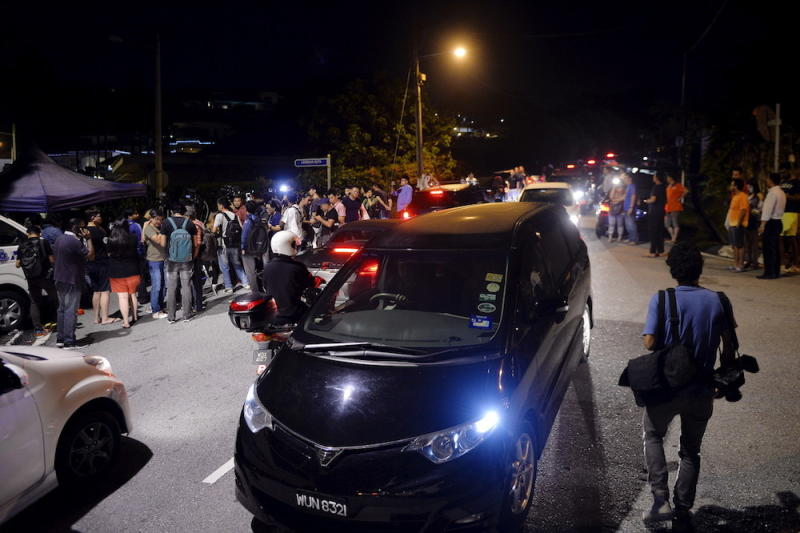 Handbags, clothes seized from Najib's home, raid still ongoing