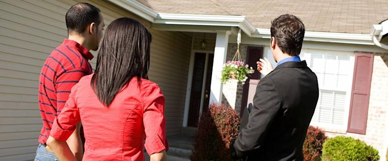 Real Estate: Agent Shows Home To Home Buyers