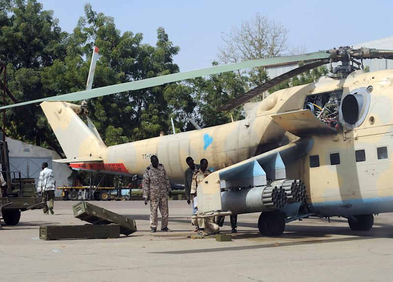 File picture shows Chadian government soldiers loading rockets onto a MI24 combat helicopter in the capital N'Djamena on February 4, 2008 (AFP Photo/Pascal Guyot)