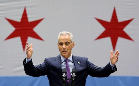 FILE PHOTO: Chicago Mayor Rahm Emanuel delivers a speech on the city's surge in violence in Chicago, Illinois, U.S., on September 22, 2016. REUTERS/Jim Young/File Photo