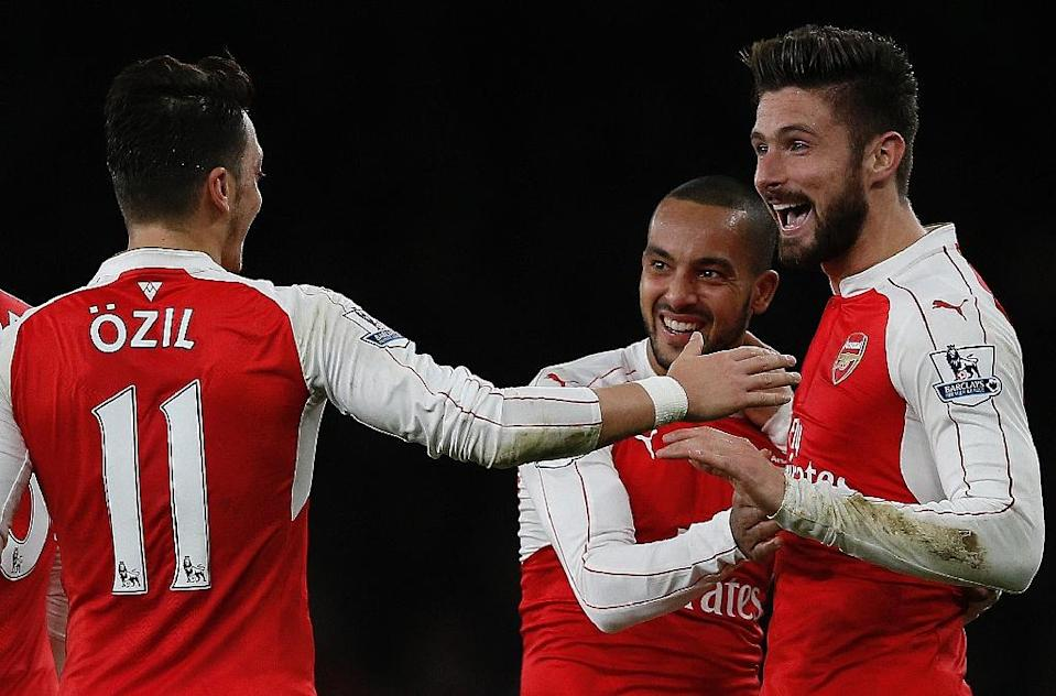 Arsenal's Olivier Giroud (R) celebrates scoring a goal with teammates Theo Walcott and Mesut Ozil, during their English Premier League match against Manchester City, at the Emirates Stadium in London, on December 21, 2015 (AFP Photo/Adrian Dennis)