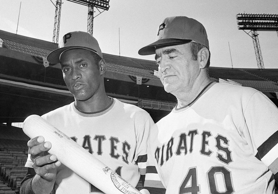 Roberto Clemente, left, talks with manager Danny Murtaugh
