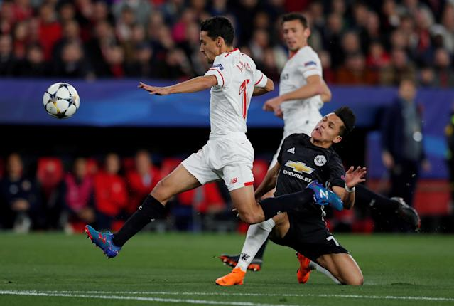 Soccer Football - Champions League Round of 16 First Leg - Sevilla vs Manchester United - Ramon Sanchez Pizjuan, Seville, Spain - February 21, 2018 Manchester United's Alexis Sanchez in action with Sevilla's Jesus Navas Action Images via Reuters/Andrew Couldridge TPX IMAGES OF THE DAY