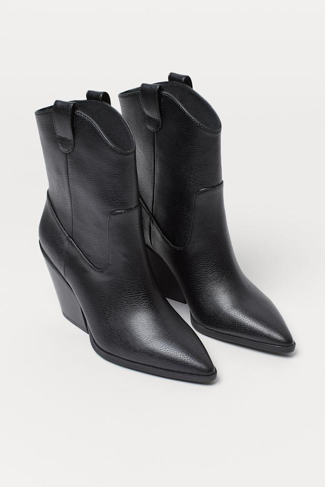 """<p>We have heart eyes for these cool <a href=""""https://www.popsugar.com/buy/HampM-Boots-Pointed-Toes-469672?p_name=H%26amp%3BM%20Boots%20With%20Pointed%20Toes&retailer=www2.hm.com&pid=469672&price=60&evar1=fab%3Aus&evar9=46395601&evar98=https%3A%2F%2Fwww.popsugar.com%2Ffashion%2Fphoto-gallery%2F46395601%2Fimage%2F46395692%2FHM-Boots-Pointed-Toes&list1=shopping%2Ch%26m%2Cfall%20fashion%2Caffordable%20shopping&prop13=mobile&pdata=1"""" rel=""""nofollow"""" data-shoppable-link=""""1"""" target=""""_blank"""" class=""""ga-track"""" data-ga-category=""""Related"""" data-ga-label=""""https://www2.hm.com/en_us/productpage.0783647001.html"""" data-ga-action=""""In-Line Links"""">H&amp;M Boots With Pointed Toes</a> ($60).</p>"""