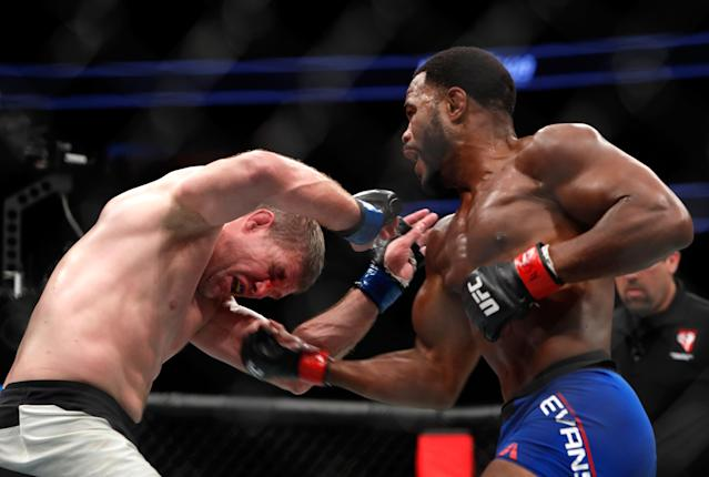 Rashad Evans (R) punches Daniel Kelly during their UFC 209 match on March 4, 2017. (Getty)