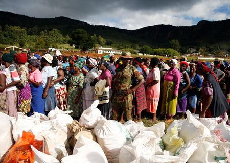 Survivors of Cyclone Idai queue to collect food aid at Ngangu in Chimanimani, Zimbabwe, March 22, 2019. REUTERS/Philimon Bulawayo