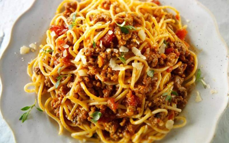 How should spaghetti bolognese be made?
