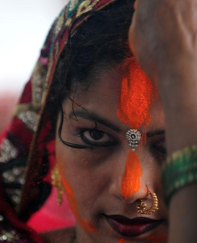 INDIA, KOLKATA : Indian Hindu devotees perform rituals during Chhat Puja while standing in the river in Kolkata on November 20, 2012. Devotees pay obeisance to both the rising and the setting sun during the Chhath festival when people express their thanks and seek the blessings of the forces of nature, mainly the Sun and the River. AFP PHOTO/Dibyangshu SARKAR