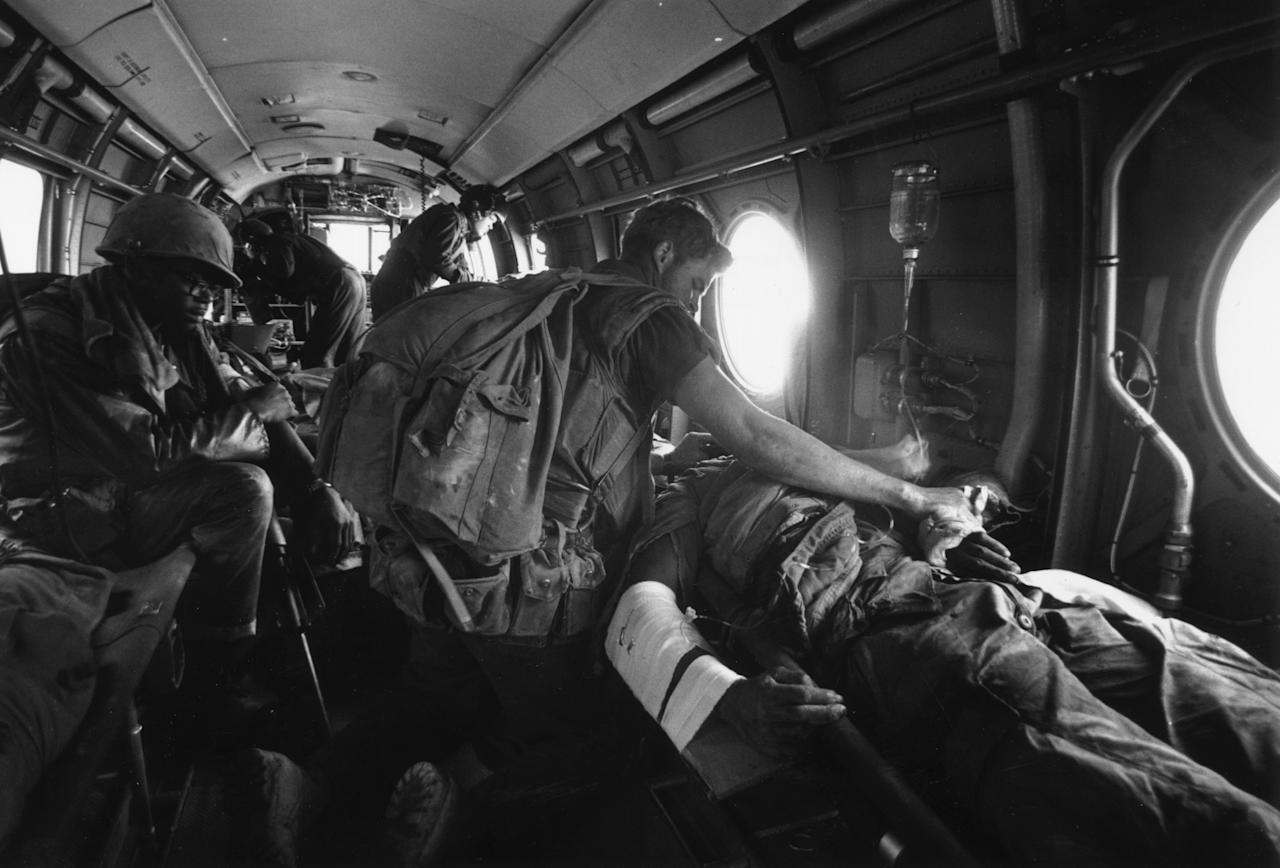 <p>American casualties are evacuated by air-ambulance during the Vietnam war. (Photo: Terry Fincher/Daily Express/Hulton Archive/Getty Images) </p>