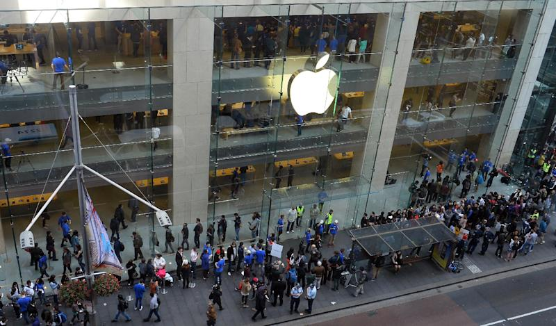 Customers queue outside an Apple store to buy the iPhone 6 in Sydney on September 19, 2014 (AFP Photo/Saeed Khan)
