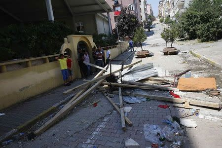 People set up makeshift barricades to block entrance of the cemevi, an Alevi place of worship, in Gazi neighborhood in Istanbul, Turkey, July 27, 2015.  REUTERS/Umit Bektas