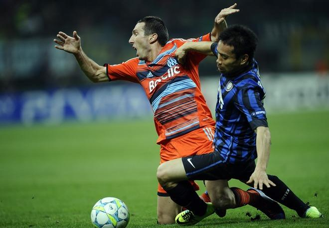 Marseille's  midfielder Morgan Amalfitano  (L) vies with Inter Milan's Japanese  midfielder Yuto Nagatomo during their second leg Champions League round of 16 football match in Milan's San Siro Stadium on March 13, 2012. AFP PHOTO / Filippo MONTEFORTE