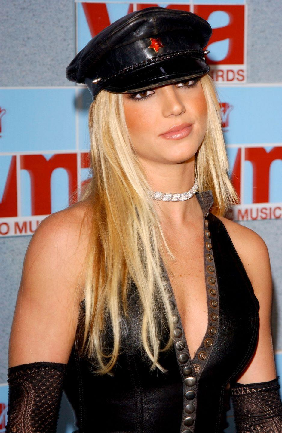 <p>Alas, another hat! Britney topped blunt layers and bright blonde hair with a leather Breton hat for the 2002 MTV Music Video Awards. </p>