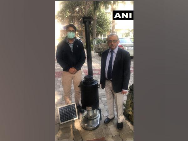 DRDO's Dr Rajeev Varshney and a scientist showing the Him Tapak space heating device (Bukhari). (Photo/ANI)