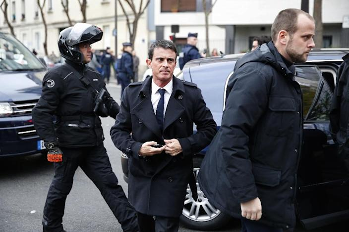 French Prime Minister Manuel Valls arrives to visit an elementary school on November 16, 2015 in Paris (AFP Photo/Patrick Kovarik)