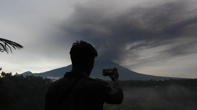 <p>Black clouds overshadows Mount Agung are seen in Abuan village of Karangasem regency, 7 kilometers from the erupted Mount Agung in Bali, Indonesia on Nov. 26, 2017. (Photo: Mahendra Moonstar/Anadolu Agency/Getty Images) </p>