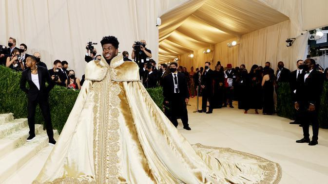 Lil Nas X menghadiri The 2021 Met Gala Celebrating In America: A Lexicon Of Fashion di Metropolitan Museum of Art pada 13 September 2021 di New York City. (MIKE COPPOLA / GETTY IMAGES NORTH AMERICA / GETTY IMAGES VIA AFP)