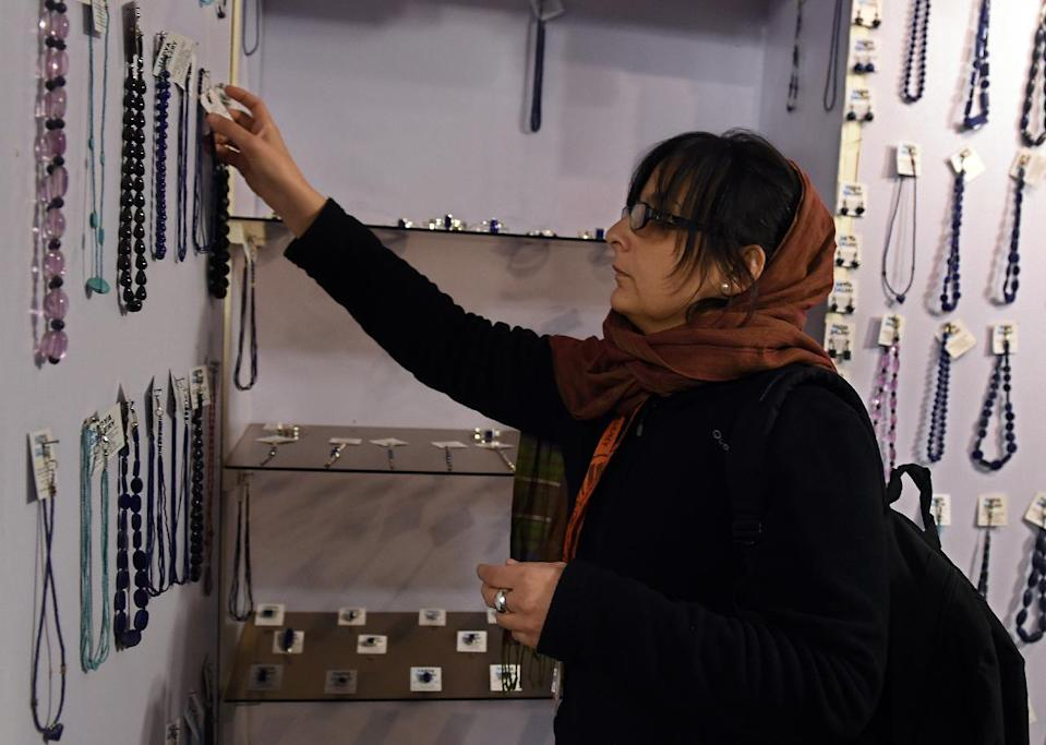 A foreign visitor looks at jewellery on display at a shop in The Gangina Centre, at Shahr-e-Naw in Kabul, on December 2, 2014 (AFP Photo/Wakil Kohsar)