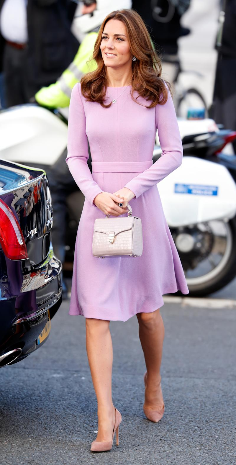 Kate Middleton mit der Midi Mayfair Handtasche von Aspinal London. (Foto von Max Mumby/Indigo/Getty Images)
