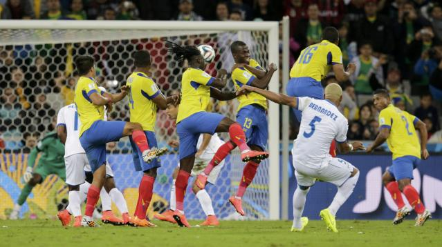 Victor Bernardez of Honduras (front R) attempts a free kick during their 2014 World Cup Group E soccer match against Ecuador at the Baixada arena in Curitiba June 20, 2014. REUTERS/Henry Romero (BRAZIL - Tags: SOCCER SPORT WORLD CUP)