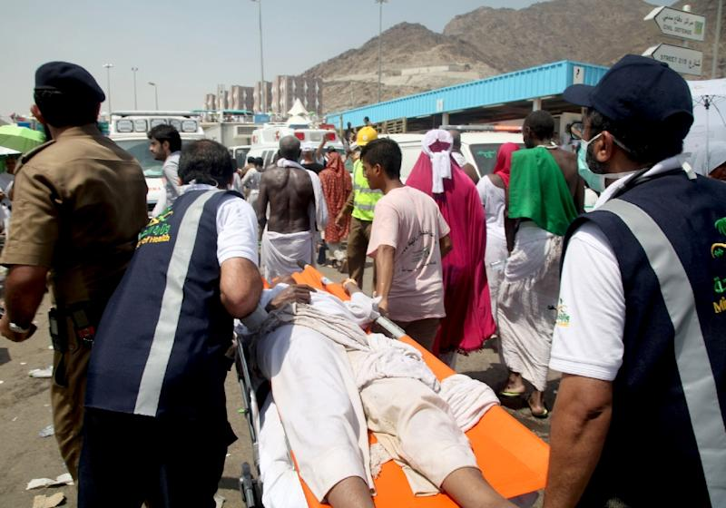 Saudi emergency personnel carry a hajj pilgim on a stretcher after the deadly stampede in Mina, near the holy city of Mecca on September 24, 2015 (AFP Photo/)