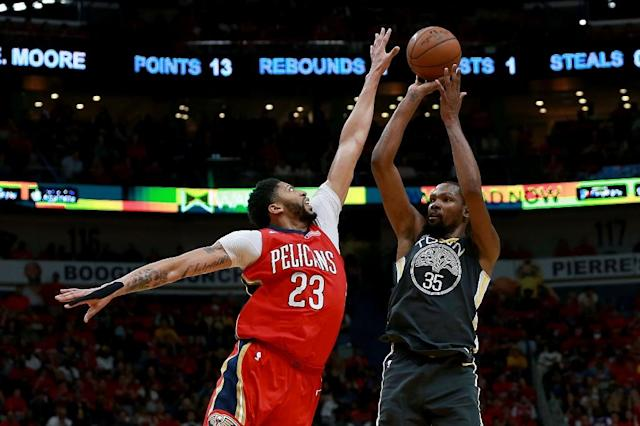 Kevin Durant (R) of the Golden State Warriors shoots against Anthony Davis of the New Orleans Pelicans (AFP Photo/Sean Gardner)