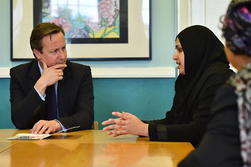 British Prime Minister David Cameron (L) speaks to members of the local community during a visit to Luton, north of London, on October 19, 2015 to announce a new government strategy for tackling extremism (AFP Photo/Ben Stansall)