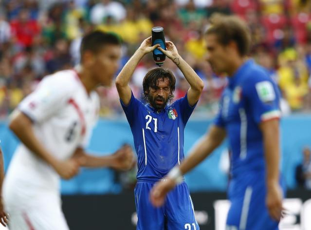 Italy's Andrea Pirlo (C) cools off during their 2014 World Cup Group D soccer match against Costa Rica at the Pernambuco arena in Recife June 20, 2014. REUTERS/Dominic Ebenbichler (BRAZIL - Tags: SOCCER SPORT WORLD CUP)