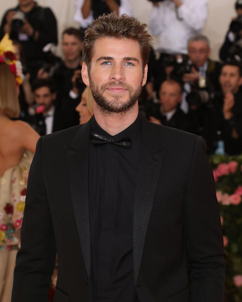 Liam Hemsworth sports all black outfit to an awards show and he looks fantastic