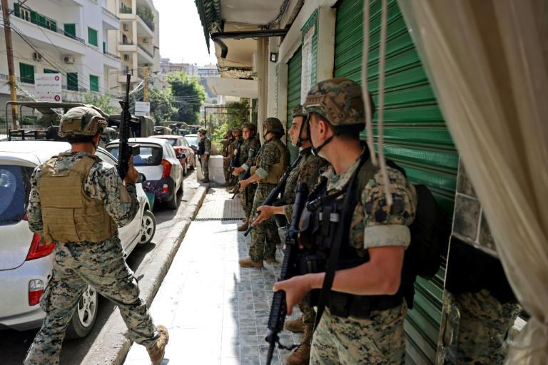 Lebanese troops take up position in Tayouneh, in the mainly Shiite southern suburbs of Beirut (AFP/JOSEPH EID)