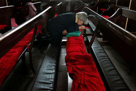 FILE PHOTO: A Chinese Catholic recites the Holy Rosary at the government-sanctioned South Cathedral on Good Friday in Beijing April 6, 2007. REUTERS/Claro Cortes IV  File Photo