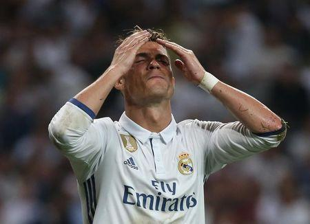 Football Soccer - Real Madrid v FC Barcelona - Spanish Liga Santander - Santiago Bernabeu, Madrid, Spain - 23/4/17 Real Madrid's Cristiano Ronaldo looks dejected after missing a chance to score Reuters / Sergio Perez Livepic - RTS13LAI
