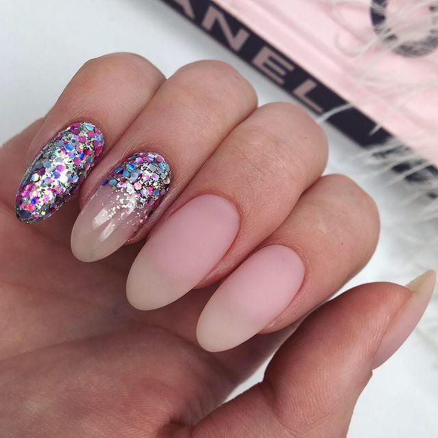 """<p>It doesn't all have to be about the ring finger, as this accent ombre manicure proves. </p><p><a href=""""https://www.instagram.com/p/ByR7d1ECkEL/"""" rel=""""nofollow noopener"""" target=""""_blank"""" data-ylk=""""slk:See the original post on Instagram"""" class=""""link rapid-noclick-resp"""">See the original post on Instagram</a></p>"""