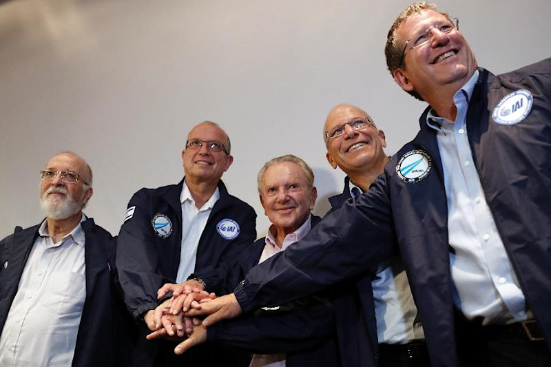 Israeli billionaire investor Morris Kahn (C) poses with Israel Aerospace Industries (IAI) Space Division general manager Opher Doron (1st-R) during a news conference to announce the launch of a spacecraft to the moon (AFP Photo/THOMAS COEX)