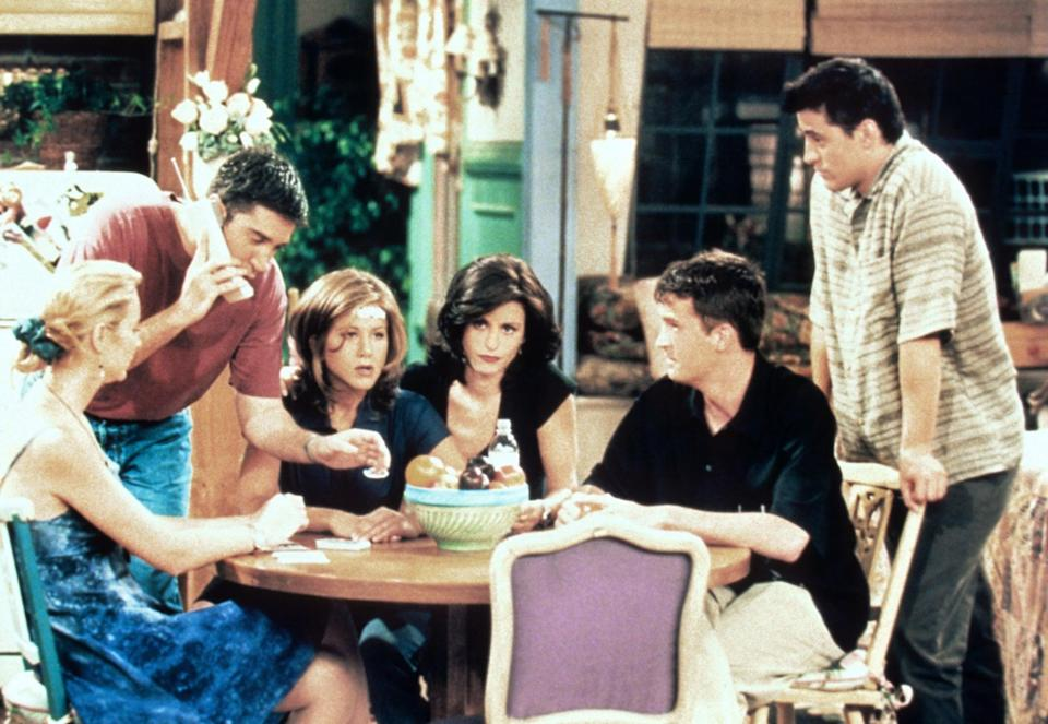 FRIENDS, from left: Lisa Kudrow, David Schwimmer, Jennifer Aniston, Courteney Cox, Matthew Perry, Matt LeBlanc, 'The One With Ross' New Girlfriend', (Season 2, ep. 201 aired Sept. 21, 1995), 1994-2004. photo: Warner Bros. / Courtesy: Everett Collection
