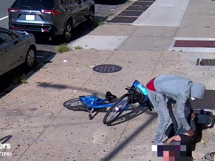 Video showing a violent robbery in Brooklyn, New York (NYPD Crime Stoppers)