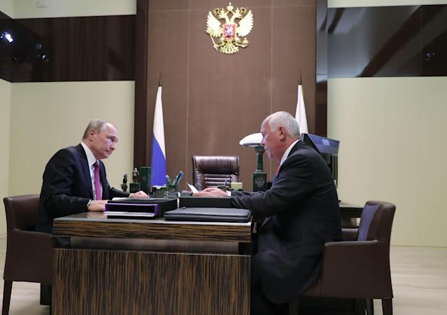 Russian President Vladimir Putin meets with Sergei Chemezov, chief executive of Russian state conglomerate Rostec, in the Black Sea resort of Sochi, Russia May 17, 2018. Sputnik/Mikhail Klimentyev/Kremlin via REUTERS ATTENTION EDITORS - THIS IMAGE WAS PROVIDED BY A THIRD PARTY.
