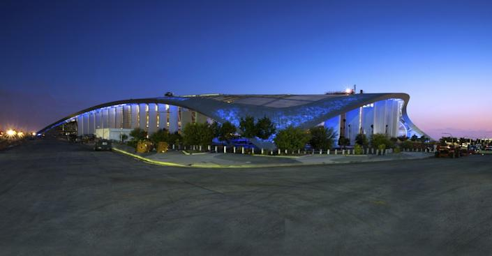"""The fritted roof allows for SoFi Stadium to glow different hues of light at night. <span class=""""copyright"""">(SoFi Stadium)</span>"""