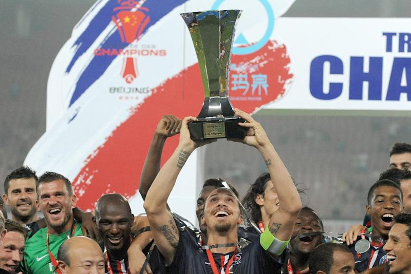 Paris Saint-Germain celebrate with the trophy after winning their French season-opening Champions Trophy football match against Guingamp in Beijing on August 2, 2013 (AFP Photo/Wang Zhao)