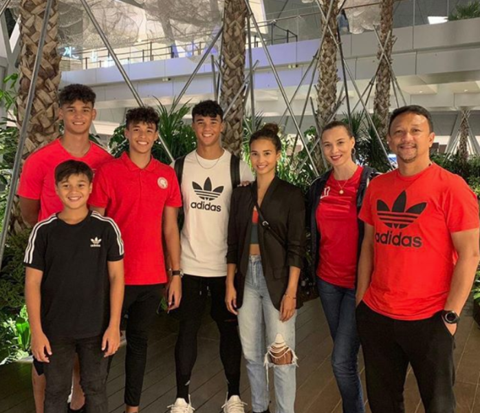 Fandi Ahmad and wife Wendy Jacobs (on right) with their children: (from left to right) Irfan, Iryan (in black), Ilhan, Ikhsan and Iman. (PHOTO: Wendy Jacobs/Instagram)